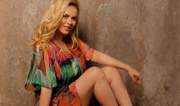 Анна Семенович показала красоту ног и рассказала о погоде
