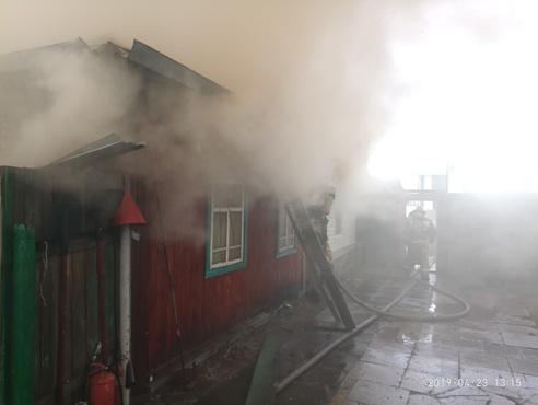 В Тюмени горит жилой трехэтажный дом - фото и видео