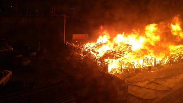 Лопнули стекла на балконах, сгорели машины и постройки: в Югре произошел крупный пожар