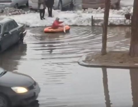 На Ямале дети пытались переплыть улицу на лодке