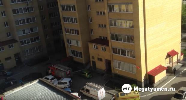 Стоял на карнизе, резал себя кухонным ножом. В Тюмени мужчину сняли с балкона на 10 этаже дома