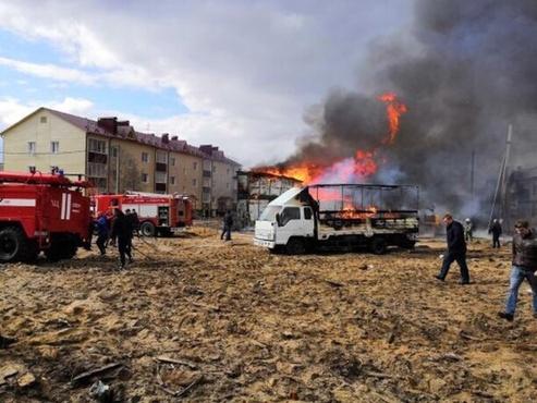 Весь дом в хлам: жуткий пожар в Ноябрьске сняли на видео