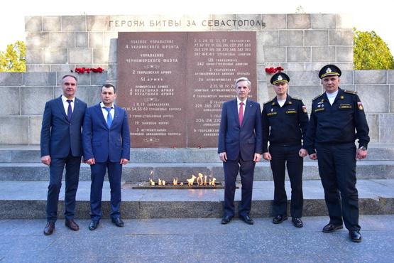 В преддверии Дня Победы тюменская делегация посетила Севастополь