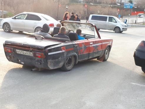 Молодые тюменцы на кабриолете рассмешили интернет: фото