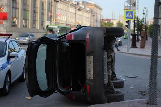 Два человека пострадали в ДТП в центре Тюмени. От удара иномарка опрокинулась - фото