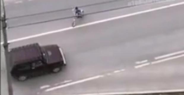 В Тюмени юный велосипедист едва не устроил смертельное ДТП: видео