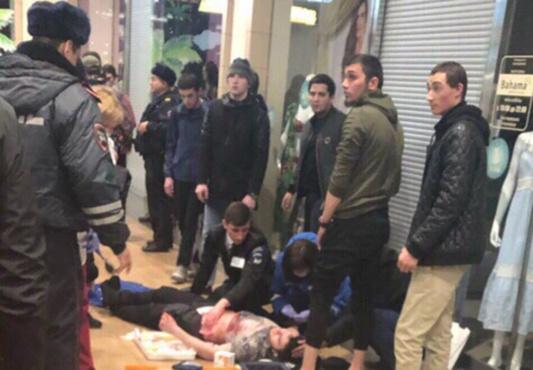 На Ямале мужчина изрезал посетителей торгового центра: двое в крайне тяжелом состоянии