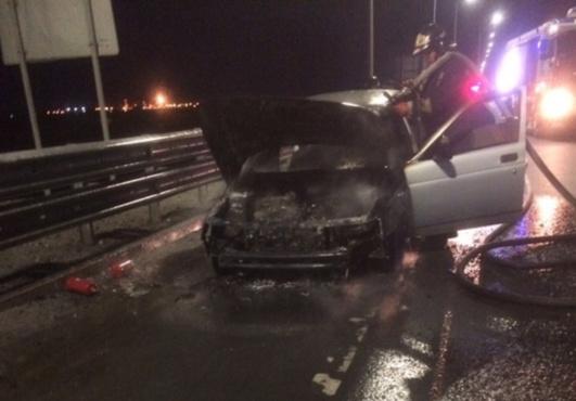 На Тобольском тракте прямо на дороге полыхал автомобиль