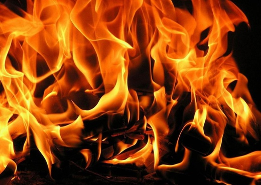 Огонь полностью уничтожил дом площадью 350 квадратных метров