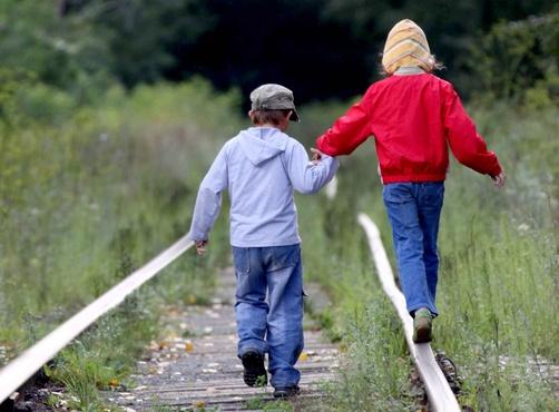 Под Тюменью рядом с железной дорогой нашли маленьких детей, которые пришли посмотреть на лягушек