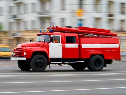 Тюменские спасатели вытащили из горящего дома человека