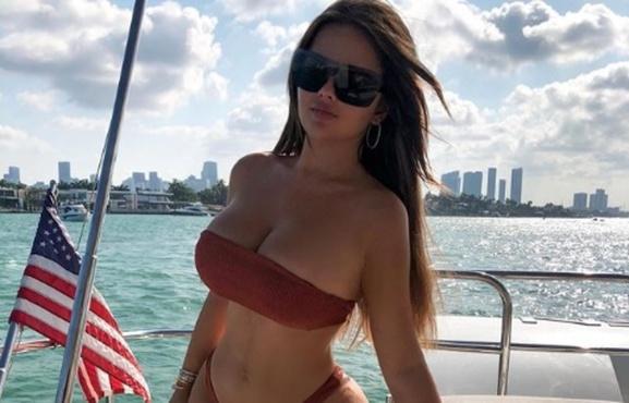 Российская супермодель показалась в бикини на палубе частной яхты