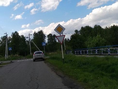 Тюменцев развеселили противоречащие друг другу знаки на перекрестке: фото