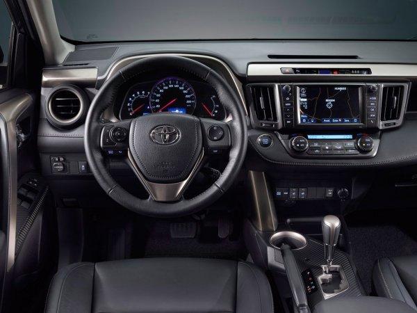 «Слабых мест тут просто нет»: Чем так хорош Toyota RAV4, рассказал обзорщик