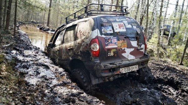 «Чем круче Нива, тем дальше за трактором бежать»: Утонувшую в грязи Chevrolet Niva высмеяли в сети