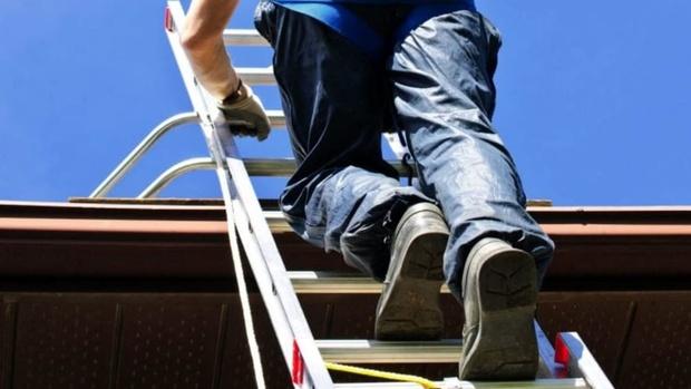 В Тюменской области рабочий получил тяжелую травму, упав с лестницы