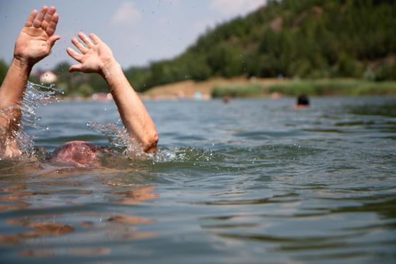 Накануне открытия купального сезона мужчина утонул в реке