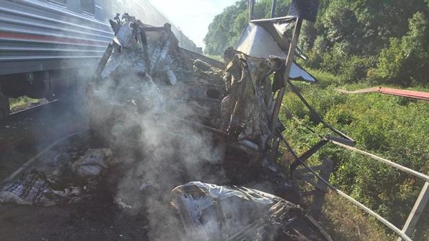 Нижневартовский пассажирский поезд столкнулся с грузовиком и загорелся