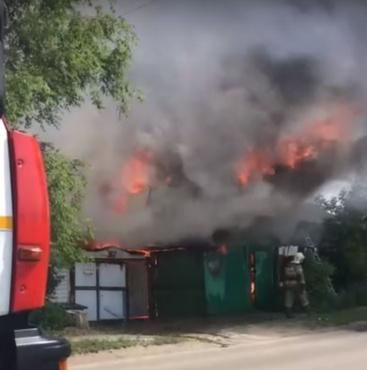 Утром в Тюмени сгорели жилой дом, гараж и постройки во дворе - видео