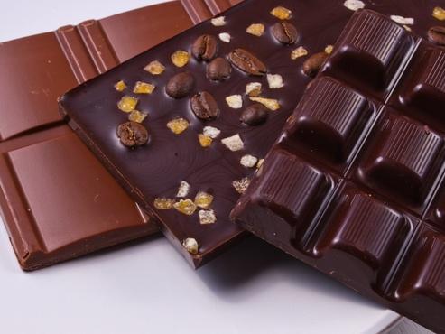 Тюменец вынес из торгового центра 56 плиток шоколада и женские колготки