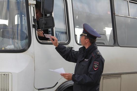 Сотрудники ГИБДД Тюменской области проверяют безопасность пассажирских перевозок