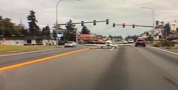 Самолет совершил экстренную посадку на оживленную трассу – видео