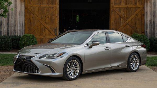 Блогер рассказал о преимуществах Lexus LS 350 над Toyota Camry: «Прости, Камрюха, тут ты не у дел»