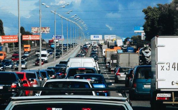 «Пробка там создана специально»: Пользователей возмутили «объездчики» на трассе М4 «Дон»