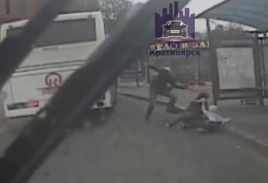 Три пассажира выпали из пассажирского автобуса – видео