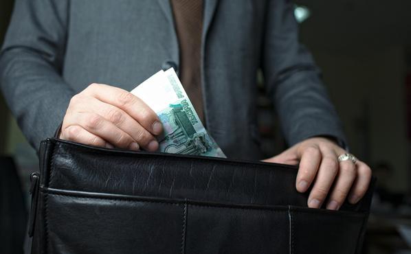 В Тюмени мужчина, который занимался доставкой товаров в гипермаркет, попытался подкупить менеджера