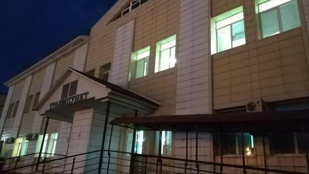 В Тюмени голый пациент, пытаясь сбежать, выпрыгнул из окна травмпункта