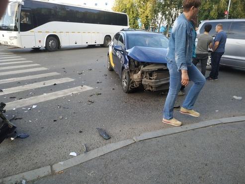 Пожилые пассажиры такси получили травмы в ДТП в центре Тюмени - фото