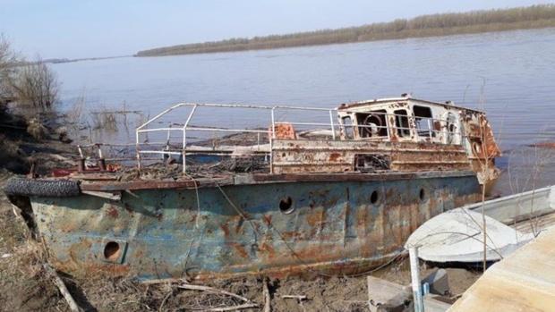 В Тюменской области исправительную колонию обязали утилизировать затонувшее буксирное судно