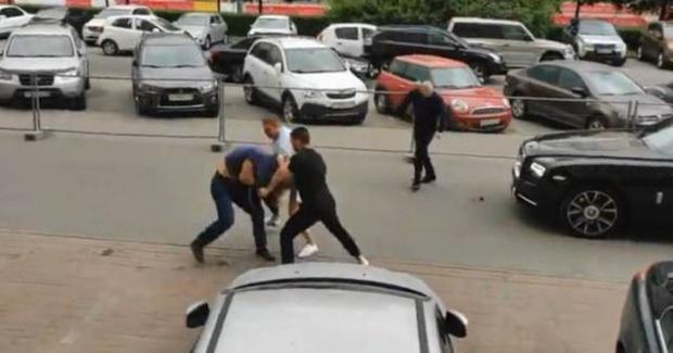 Факт избиения пешехода водителем элитной иномарки в центре внимания СКР