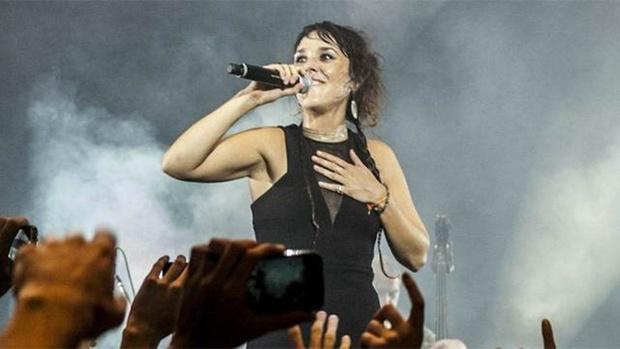 Французская певица обратилась к жительницам России