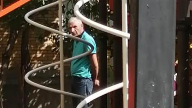 Мужчина в возрасте приставал к несовершеннолетним девочкам прямо на улице