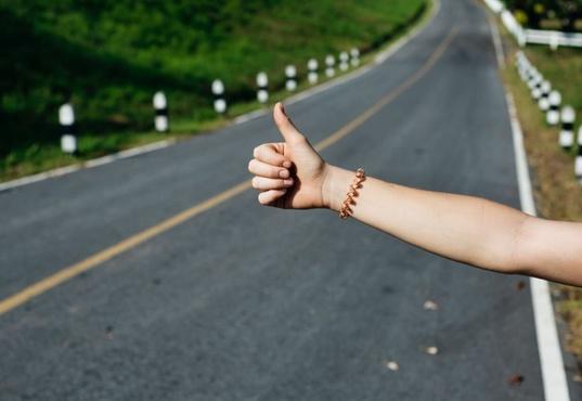 Пропала без вести молодая пара, путешествующая автостопом