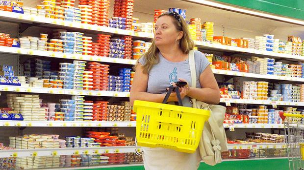 Стало известно, в каких регионах люди тратят на еду более половины своего заработка
