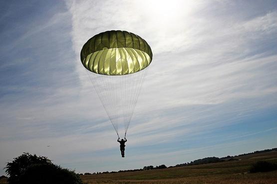 Во время приземления на аэродроме разбился парашютист