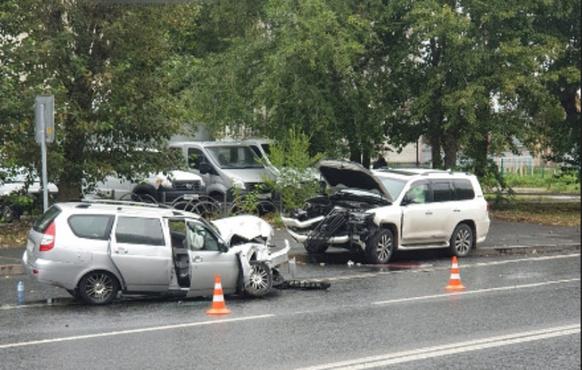 Лобовое столкновение на Электроне в Тюмени: один пострадавший, джип залетел на тротуар