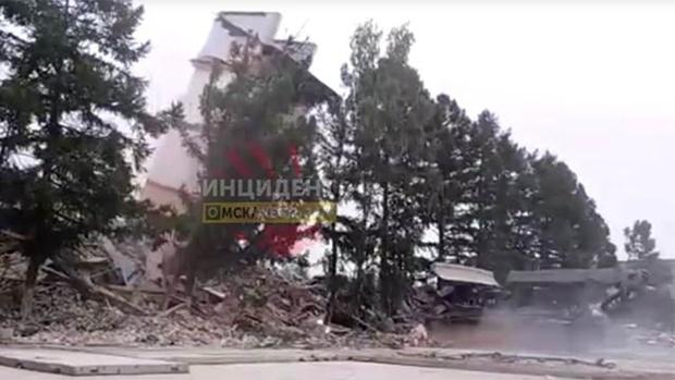 Старая казарма в Омске рухнула на спецтехнику
