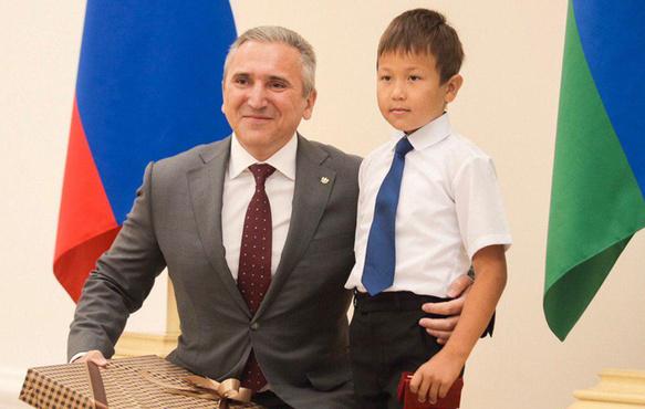 Тюменского первоклассника, который вытащил из огня брата и сестру, наградили