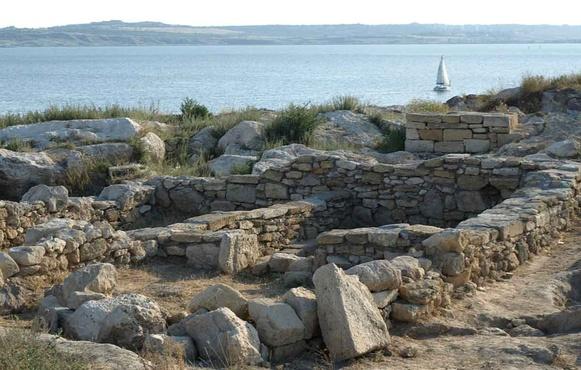 При раскопках в Крыму обнаружили загадочный саркофаг