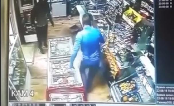 Разъяренный мужчина разгромил магазин – видео