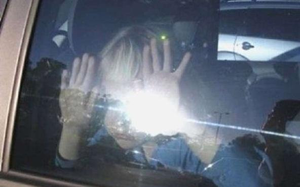 Мать ушла, оставив малыша одного в машине