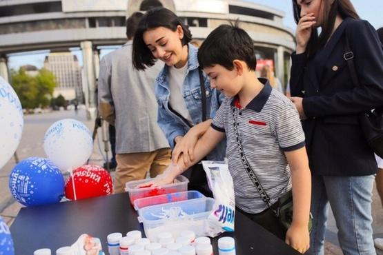 В Тюмени взрослые и дети создали флаг России из отпечатков рук - фото