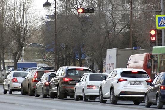 Мэр Тюмени назвал ситуацию на дорогах города критической и поручил вести ремонт круглосуточно