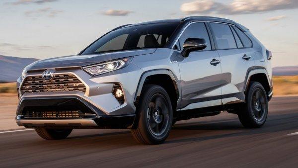 «Рулится прекрасно, почти как Tesla»: Чем хороша Toyota RAV4 в «минималке» – блогер