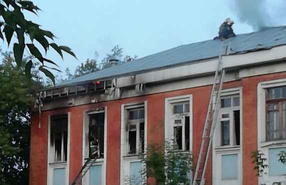 Закинули «коктейль Молотова»: подростки подожгли школу – фото