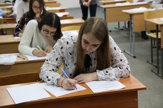 Тюменские школьники демонстрируют знания робототехники, экономики и инженерии